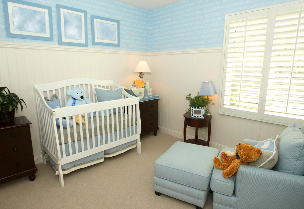 Lichtblauw afgewerkte babykamer
