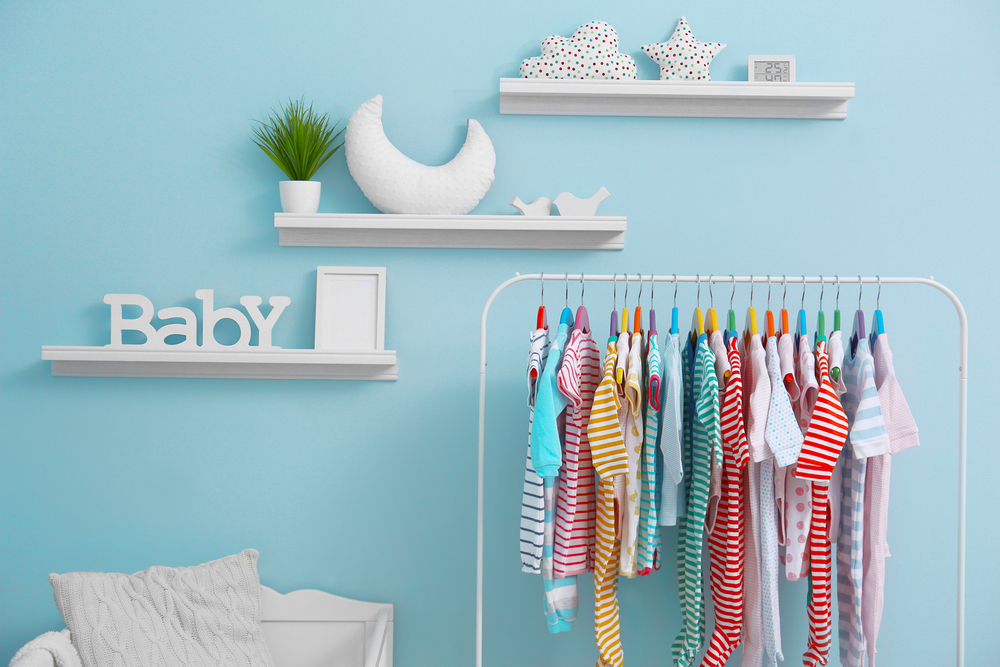 Blauwe muur babykamer